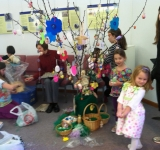Easter-Egg-Tree-decorating